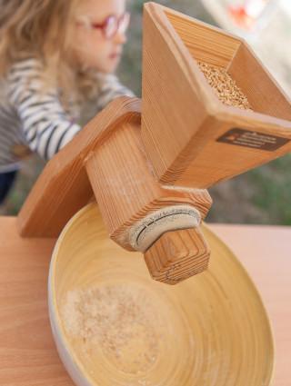 Atelier de fabrication de farine au parc du Petit-le-Roy ; crédit photo : E. Legrand