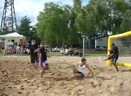 Partie de sandball au parc de la Plage Bleue.