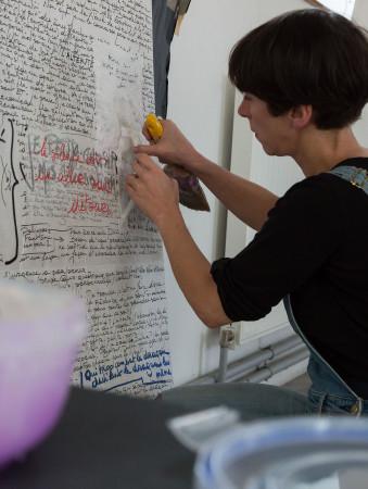 une femme produisant une oeuvre pendant Les Echappées à Anis Gras