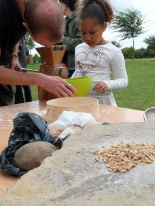Atelier : de la graine à la farine (Crédit : C. Petit)