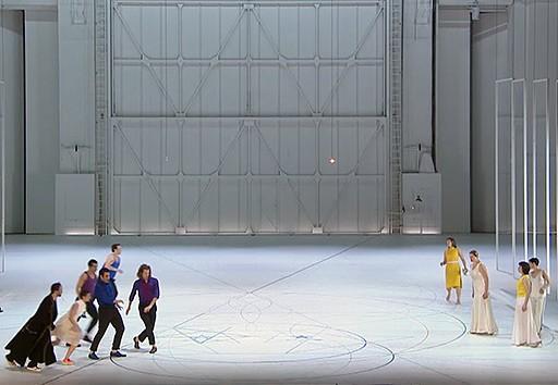 Cosí Fan Tutte de Wolfgang Amadeus Mozart, opéra en deux actes mis en scène par Anne Teresa de Keersmaeker.