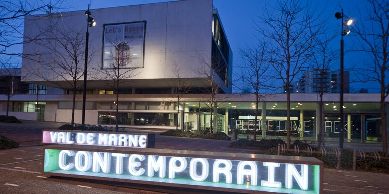Le musée du Mac Val s'étend sur 13 000 m2 et reçoit environ 70 000 visiteurs par an.