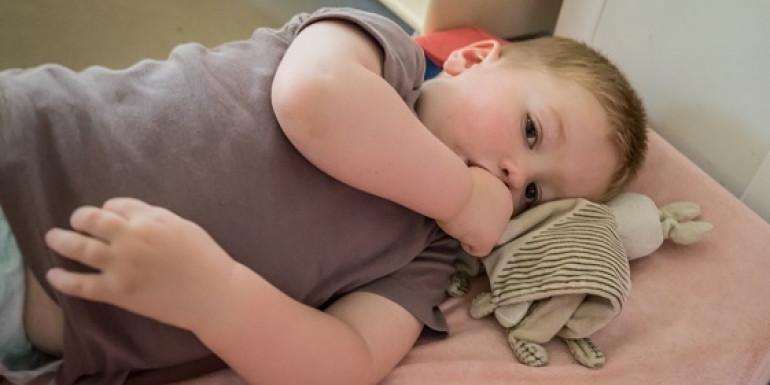 Enfant avec son doudou et qui suce son puce et qui ne dort pas