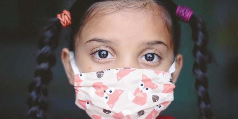petite fille avec son masque