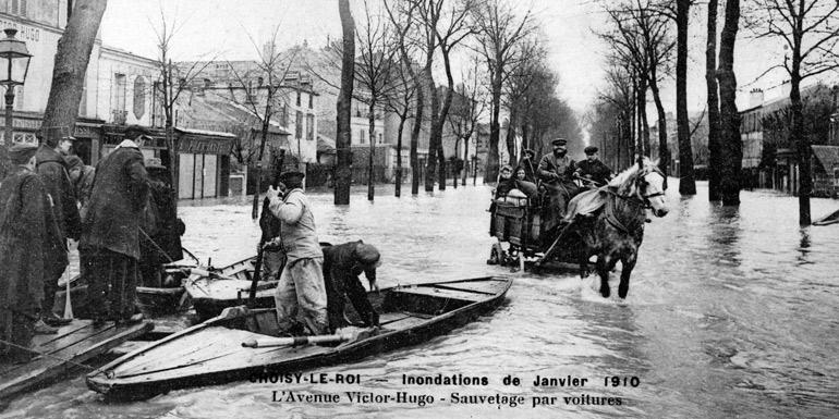 Choisy-le-Roi inondé (Janvier 1910) - Sauvetages par voiture et par barque dans l'avenue Victor Hugo