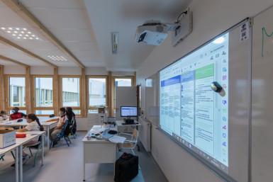Tableau numérique interactif (TNI)et matériel de projection au collège Samuel-Paty à Valenton
