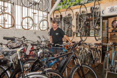 homme réparant un vélo