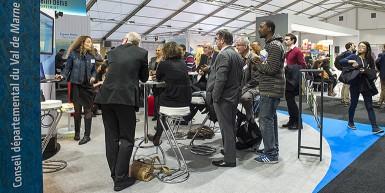 Le stand le Val-de-Marne en mouvement pour le climat situé au Bourget a permis aux associations et villes du territoire d'exposer leurs actions en faveur du climat. © Michael Lumbroso