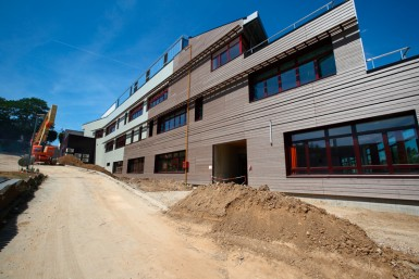 Le collège Gustave Monod est construit sur un terrain particulièrement pentu. Les trois étages sont uniquement visibles côté jardin. © David Merle