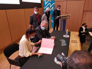 Camille Serme signe  son contrat avec le Département, en novembre 2020