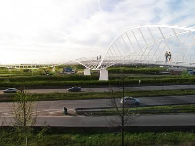 Cette passerelle fabriquée en Suisse fait 70 mètres de long pour 225 tonnes. L'ouverture est prévue début 2016.