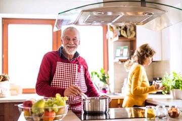 Un senior dans sa cuisine