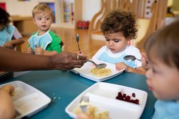 enfants qui découvrent les aliments