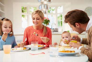 Repas en famille avec un bébé