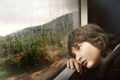 garçon devant une fenêtre