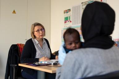 Consultation puéricultrice et parents en centre de PMI