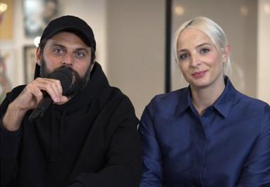 Photo de face de Jean-Karl et Émilie, membres du groupe Madame Monsieur