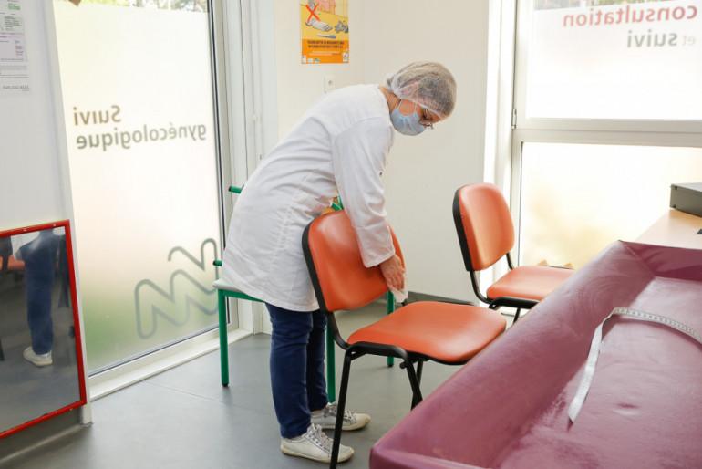 Désinfection systématique du matériel entre chaque consultation ; crédit photo : Agnès Deschamps