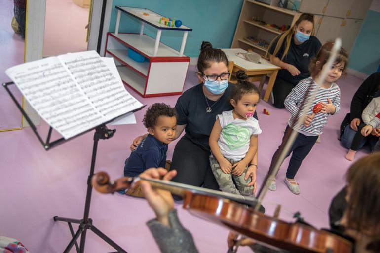 Initiation musicale à la crèche Paul Armangot de Vitry-sur-Seine avec l'Orchestre national d'Île-de-France ; crédit photo : E. Legrand