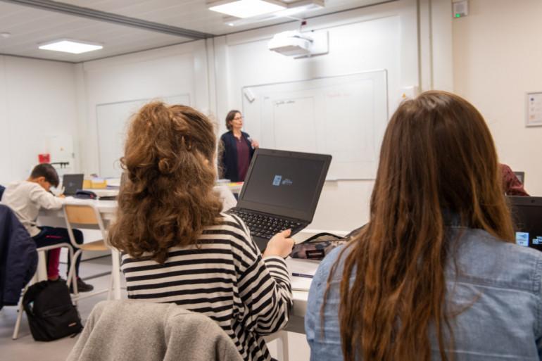 Cours de sciences au collège provisoire Simone Veil ; crédit photo : © Michael Lumbroso