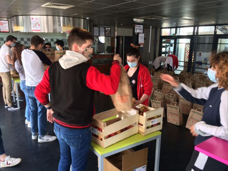 Distribution solidaire pour les étudiantes et étudiants de l'UPEC, le 12 mai 2020