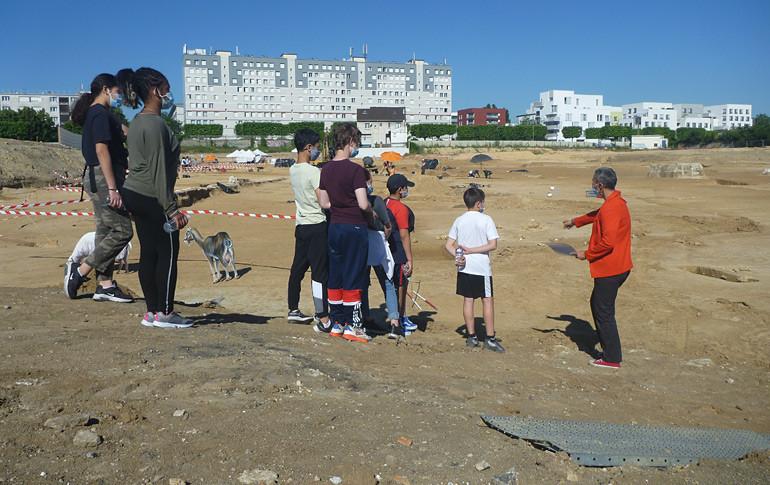 Visite du chantier archéologique de Vitry par des élèves de collège