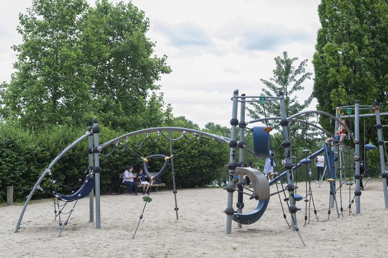 Aire de jeux au parc du Val-de-Marne ; crédit photo : Michael Lumbroso
