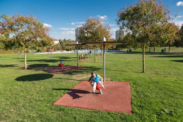 Aires de jeux au parc de la Saussaie-Pidoux ; crédit photo : D. Calin