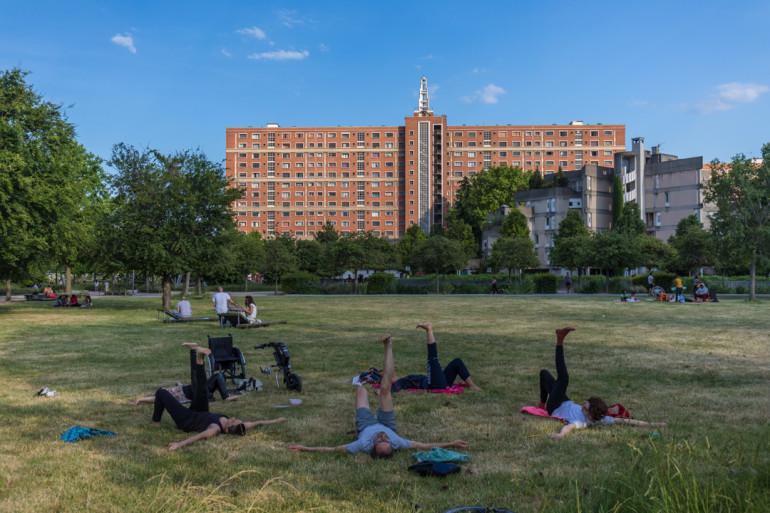 Yoga en plein air au parc des Cormailles ; crédit photo : Eric Legrand