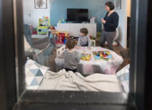 Assistante maternelle avec les enfants accueillis