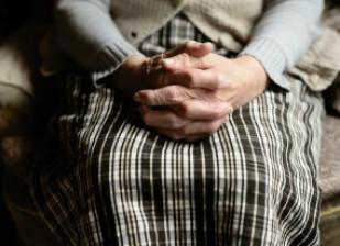 mains jointes d'une personne âgée