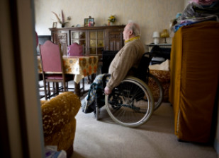 Photo personne âgée handicapée, en perte d'autonomie
