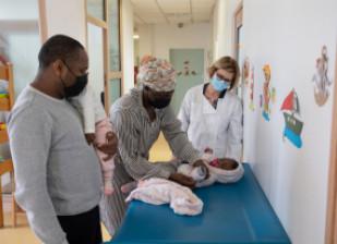 Parents en consultation dans un centre de Protection maternelle et infantile (PMI) du Val-de-Marne, crédit photo : M. Génon