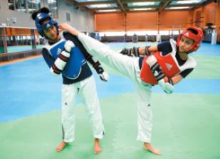 Tiavo Randrianisa et Sarah Adidou, championnes de taekwendo. © J. Paisley.