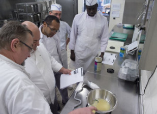 Dans le cadre des ateliers menés par le Département, les chefs cuisiniers des collèges se sont initiés à la cuisine moléculaire. © Michael Lumbroso