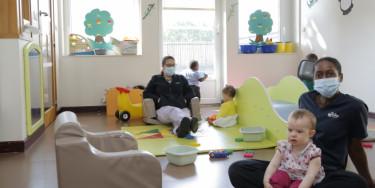Des professionnelles de la petite enfance dans une crèche s'occupant d'enfants