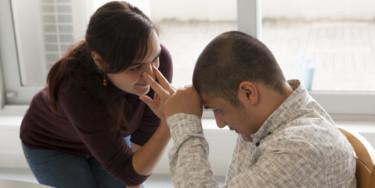 personne en situation de handicap qui communique avec un proche