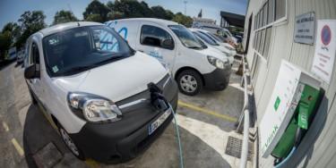 Chargement d'une voiture électrique.