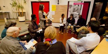 Femmes réunies au cours d'une assemblée dans une association