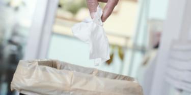 lingette dans une poubelle (©Adobe Stock)
