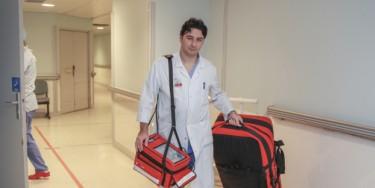 Antonio Fiore dispose dans ses sacoches d'un équipement miniaturisé qui va permettre de remplacer de façon temporaire la fonction cardiaque et respiratoire.