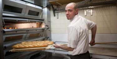 Un boulanger travaille.