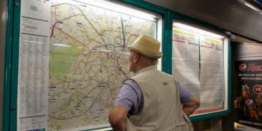 Senior cherchant sur un plan de transports en commun