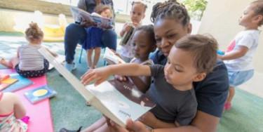 enfants qui lisent des livres