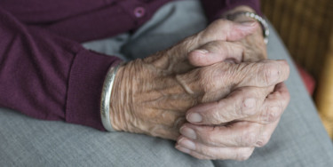 Gros plan sur les mains d'une personne âgée