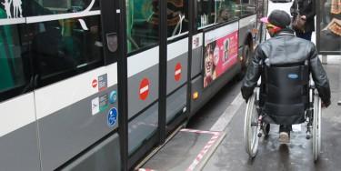 Les nouvelles lignes de bus et de tramway sont automatiquement construites pour être accessibles aux personnes à mobilité réduite. ©Julien Paisley