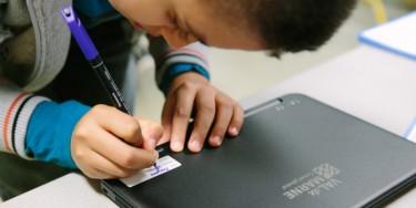 Les collégiens doivent signer un contrat d'engagement avec le Département du Val-de-Marne lorsqu'ils reçoivent leur ordinateur Ordival. © Alain Bachellier
