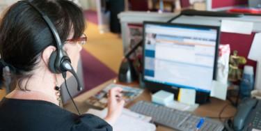 Environ 25 agents du Département travaillent à l'accueil téléphonique. Ils peuvent chercher des informations en saisissant des mots clefs sur un logiciel qui recense toutes les données mises à leur disposition.