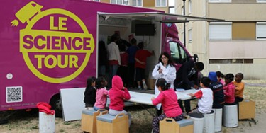 "Le camion laboratoire du ""Science Tour"""