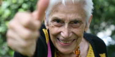 Femme âgée contente